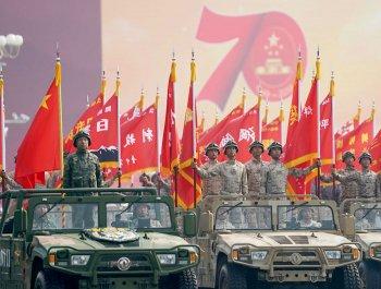 帶70周年活動標識的閱兵現場圖