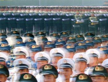 軍事攝影家用鏡頭速寫閱兵訓練場景