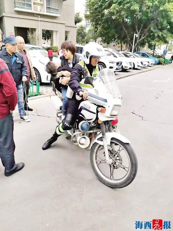 危急!5岁女孩玩滑梯摔伤 交警骑摩托车5分钟紧急送医