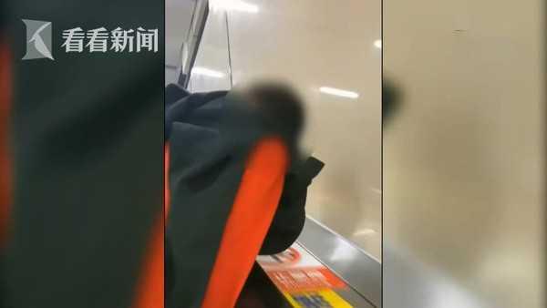 台北男子地铁不戴口罩狂咳吐口水 被拍下掀网络讨伐