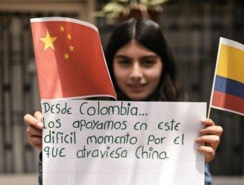 哥伦比亚女孩为中国加油