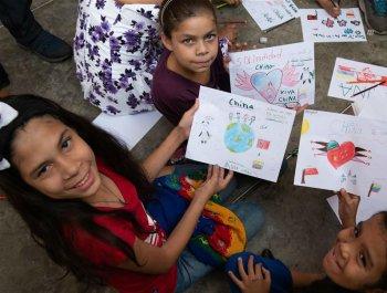委内瑞拉儿童为中国加油