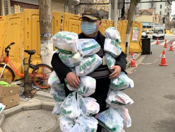 为病人送药的社区工作者
