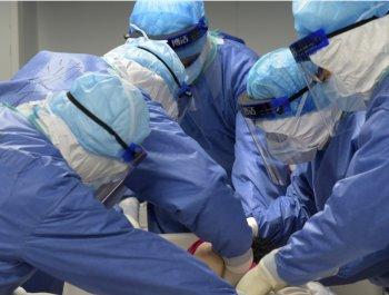 记者拍下救治危重患者瞬间