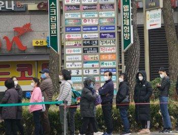 韓國首爾民眾排長隊買口罩