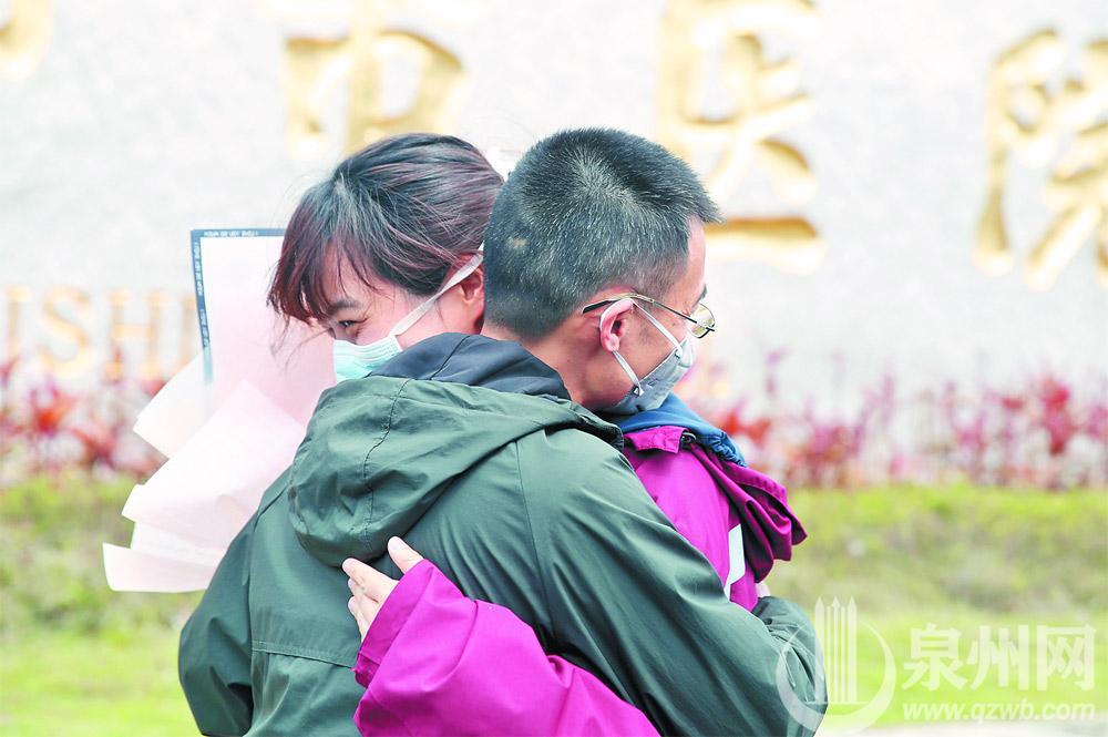 英雄归来 泉州第二批支援湖北的10名护理人员光荣凯旋(2)