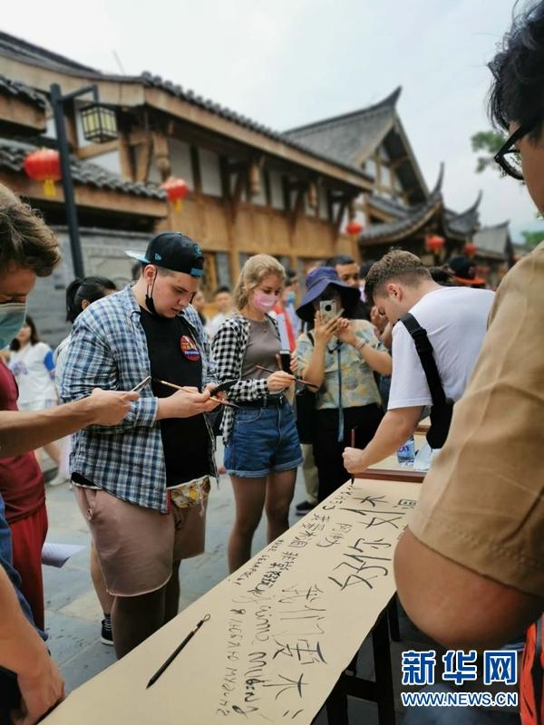 游村落、学非遗 外国友人走进木洞河街体验重庆古水驿风范
