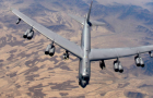 美空军B-1B轰炸机因故障紧急降落 刹车起火两个轮胎爆胎