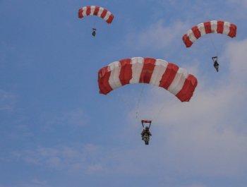 看特战队员400米低空跳伞