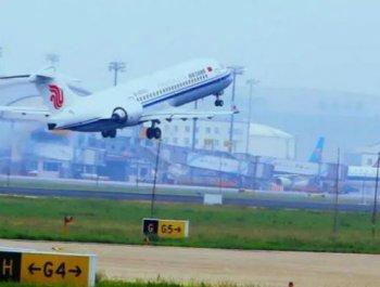 国产ARJ21-700飞机载国旗飞上蓝天