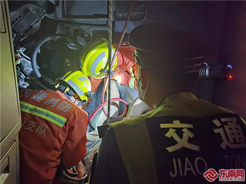 爱心厦门|货车深夜侧翻司机被困 警医协作成功解救伤员(2)