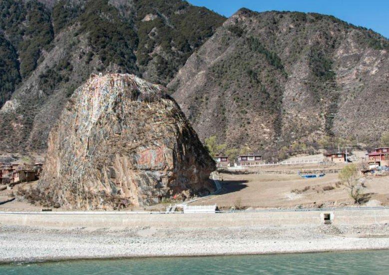 """国旗飘扬""""西藏解放第一村"""""""