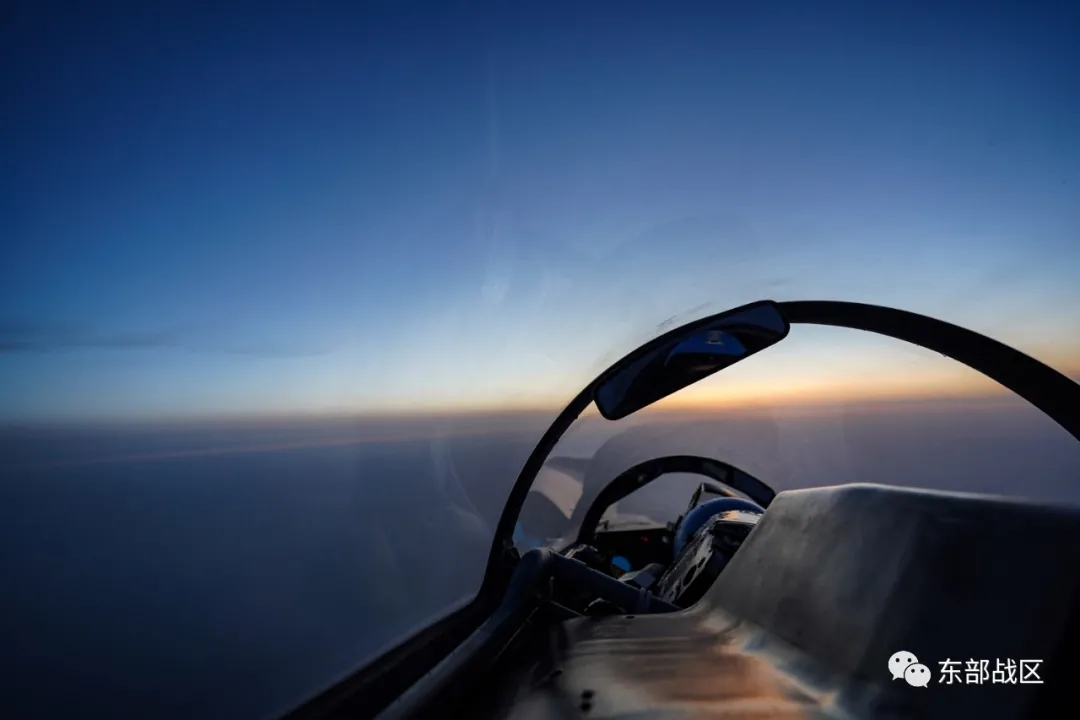 高清大图!海军航空兵战机拂晓起飞